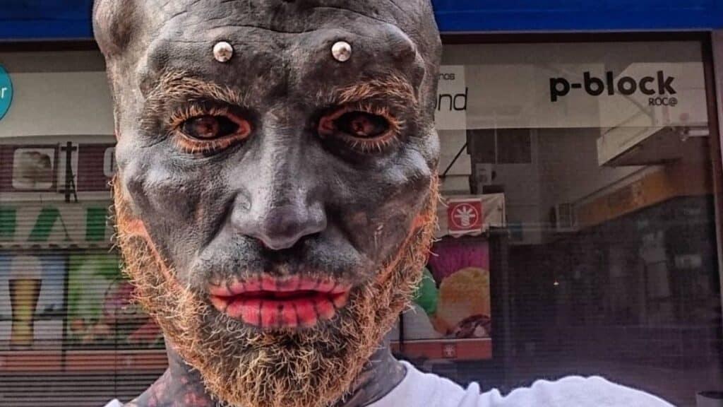 Si taglia orecchie e lingua per diventare un alieno: la sua reazione dopo gli interventi