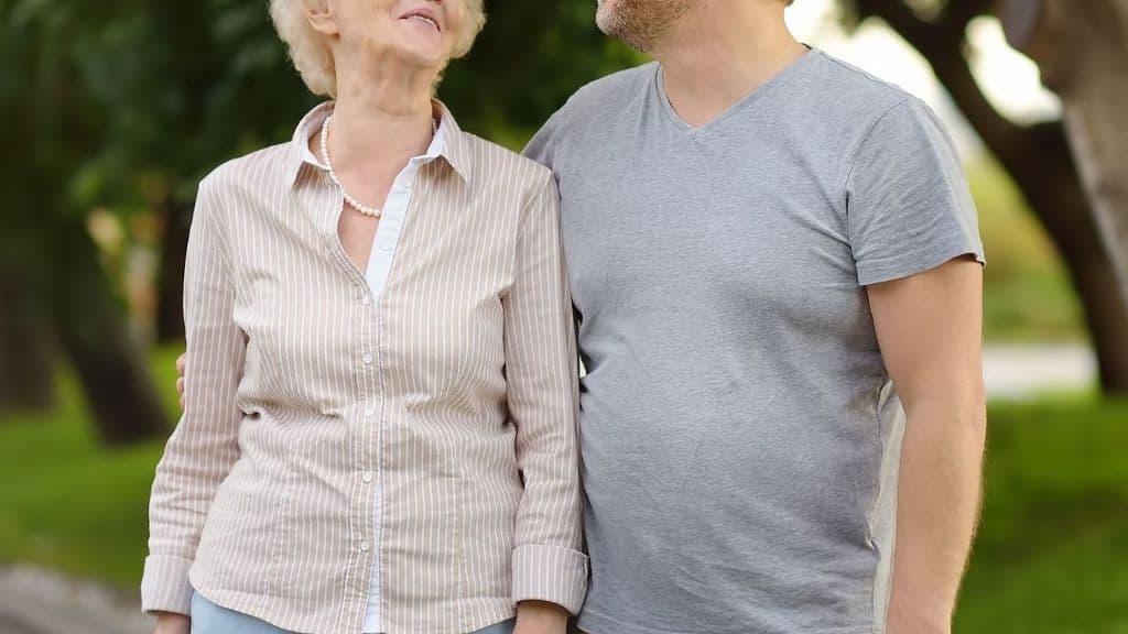 uomo con madre anziana