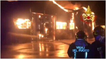 vigili del fuoco al lavoro porta di ancona