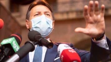 Giuseppe Conte con la mascherina davanti ai microfoni