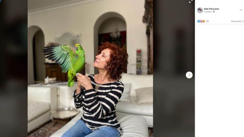 Alda d'Eusanio e il pappagallo Giorgio