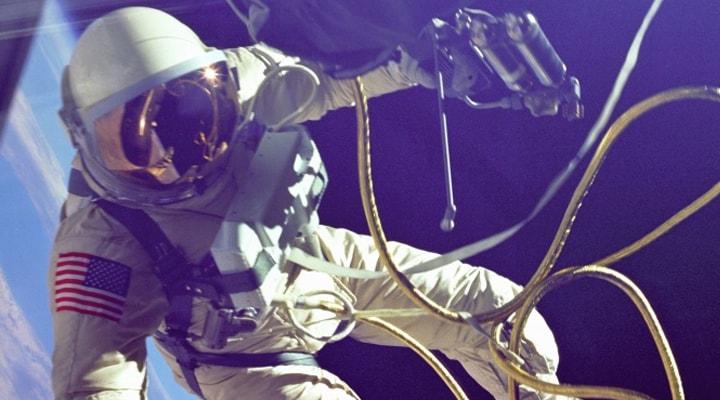 Un astronauta durante un viaggio nello spazio