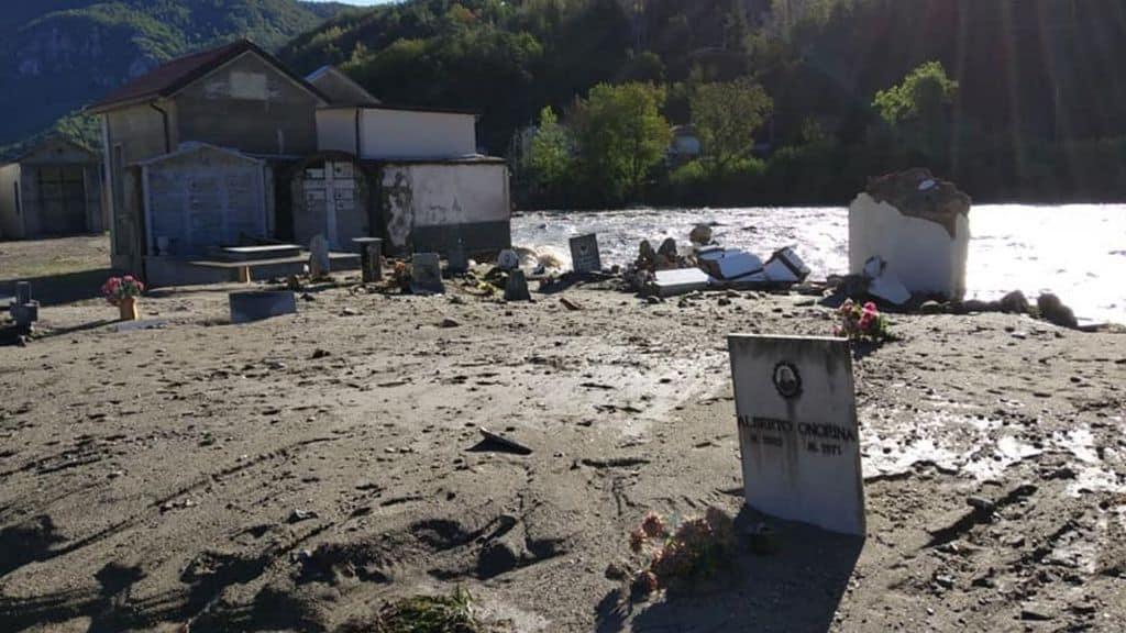 Disastro climatico in Piemonte, il fiume Tanaro porta via con sé le bare dal cimitero di Garessio