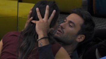 Elisabetta Gregoraci piange abbracciata a Pretelli