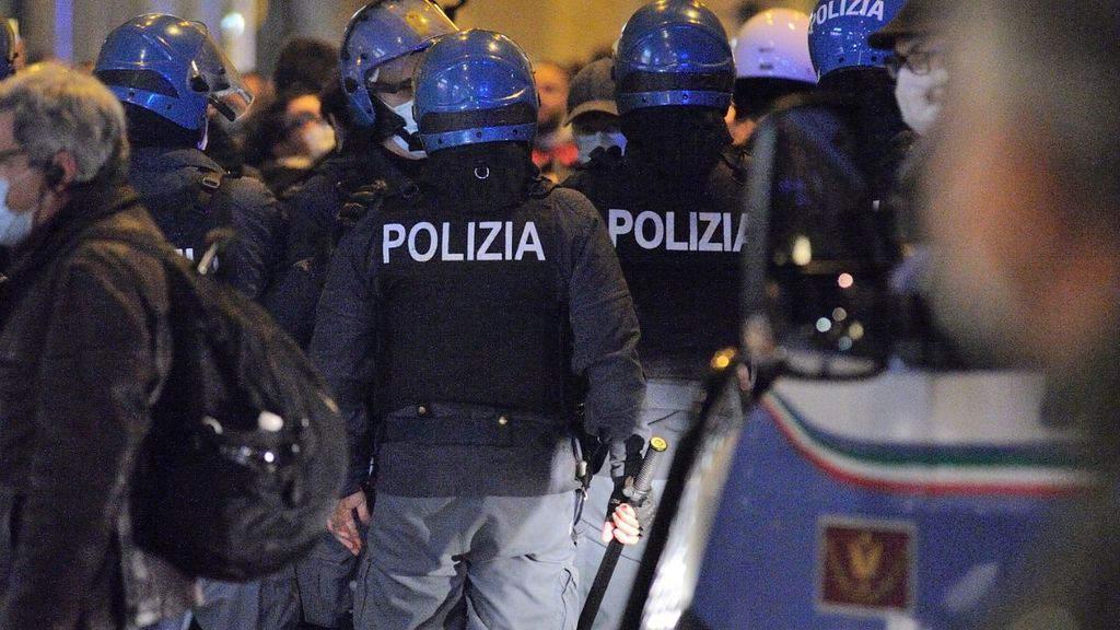 polizia in tenuta antisommossa a Firenze