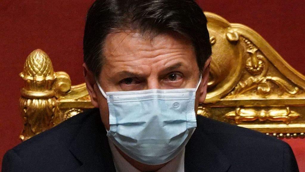 giuseppe conte in primo piano con la mascherina in senato