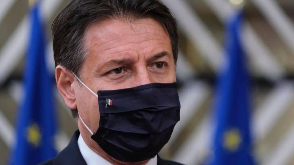 Il Presidente del Consiglio Giuseppe Conte con la mascherina