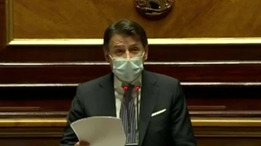 Giuseppe Conte in primo piano in senato