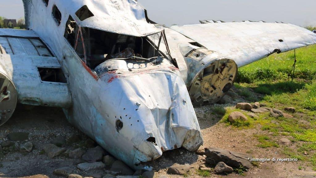 Aereo distrutto dopo un incidente e uno schianto