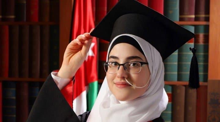 Israa, a 18 anni scopre da sola la sua malattia rara: il racconto sui social