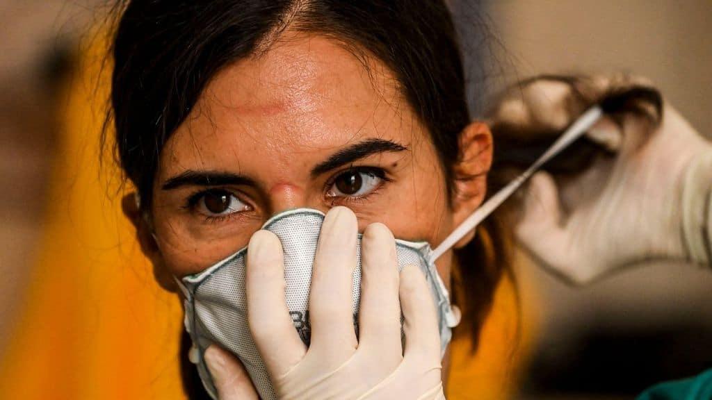 medico si prepara per il turno in terapia intensiva