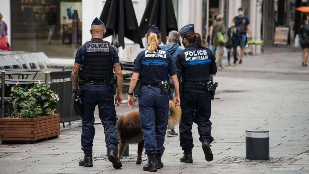 Fermate 9 persone in merito all'omicidio brutale di un professore di storia in Francia. Il presidente Macron condanna la violenza terrorista