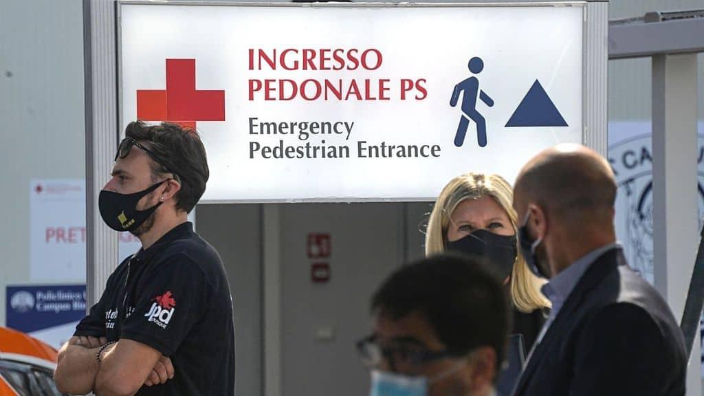 persone in fila al pronto soccorso