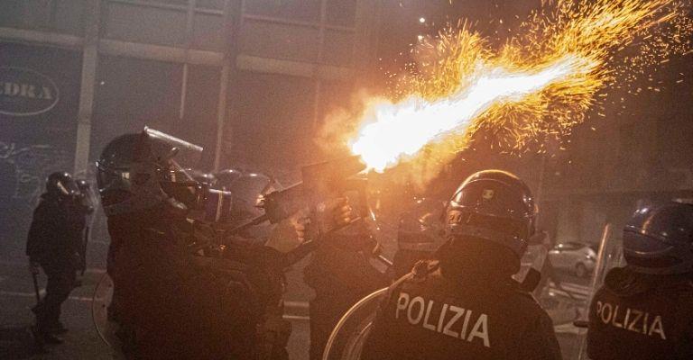 Polizia negli scontri a Milano