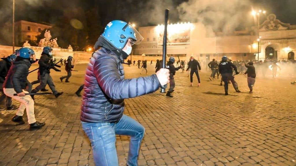 Roma, scontri fra la polizia e il corteo di neofascisti e ultras