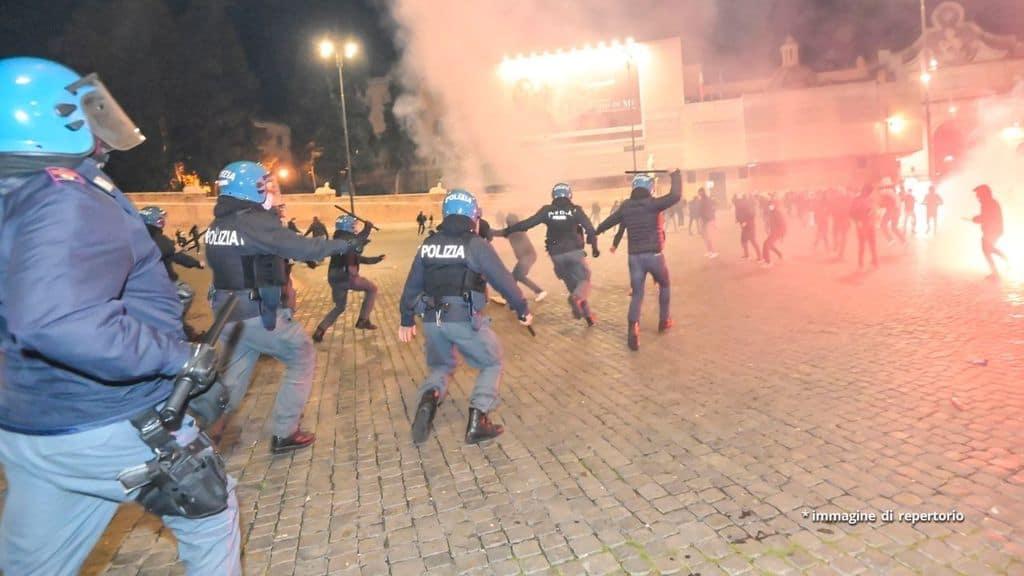 Gli scontri tra Polizia e manifestanti a Roma