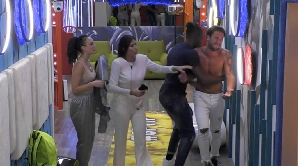 Pierpaolo viene bloccato dai compagni mentre tenta di uscire dalla Casa