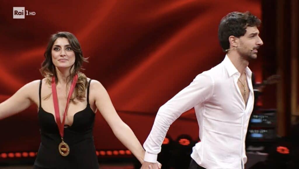 Elisa e Raimondo lasciano il palco dopo la consegna delle medaglie frettolosamente