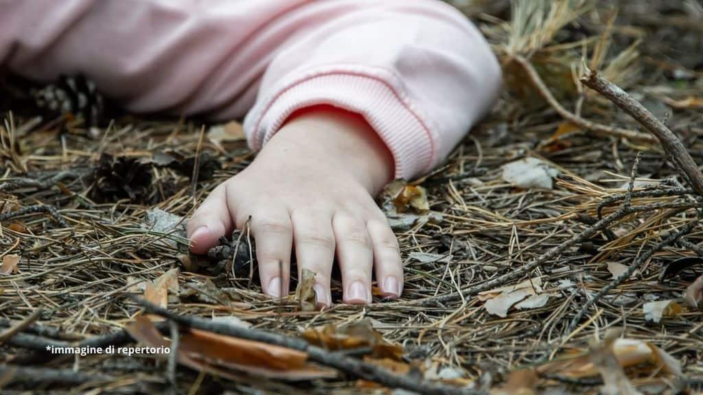 bambina a terra