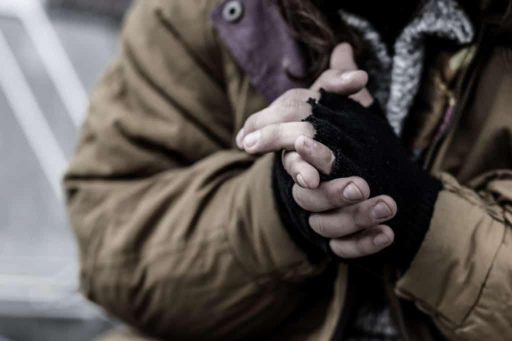 Un senzatetto in strada al freddo
