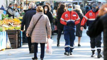 mercati affolati con persone con mascherine