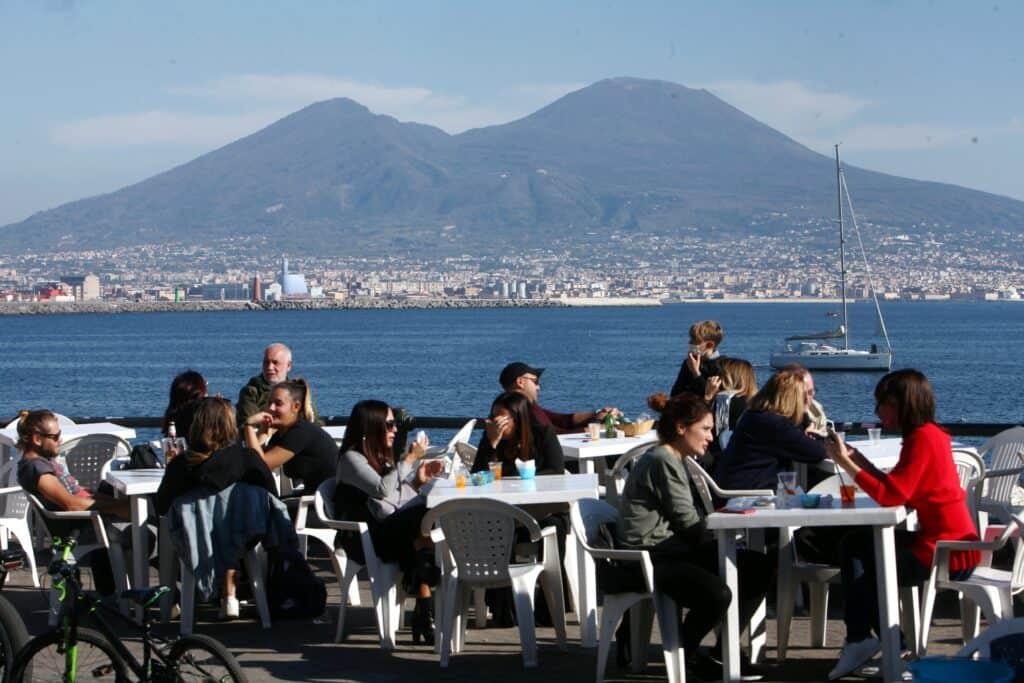 Folla di persone sul lungomare di Napoli nonostante le raccomandazioni del presidente De Luca