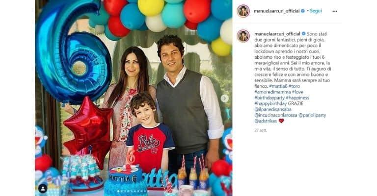 Manuela Arcuri col figlio e il marito
