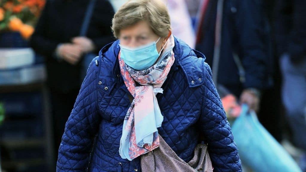 anziana con la mascherina