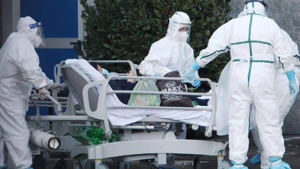 medici che trasportano un paziente covid
