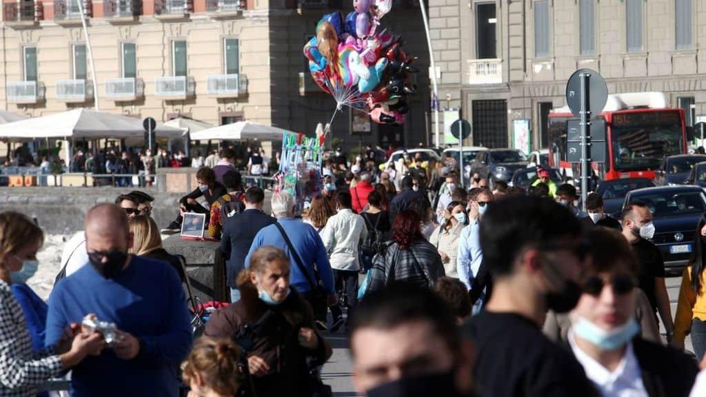 persone in strada a Napoli