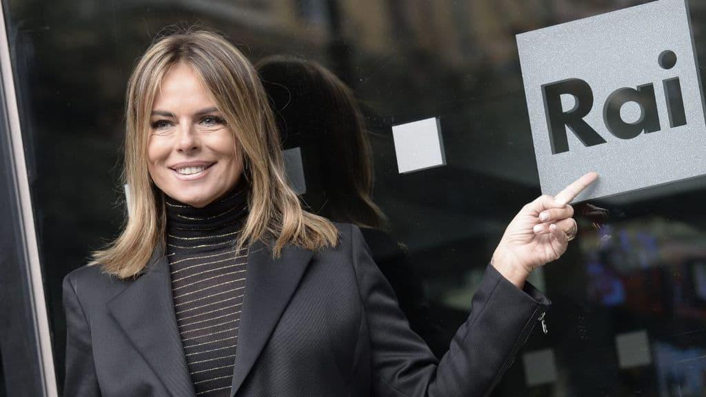 Paola Perego sorridente davanti l'ingresso della Rai