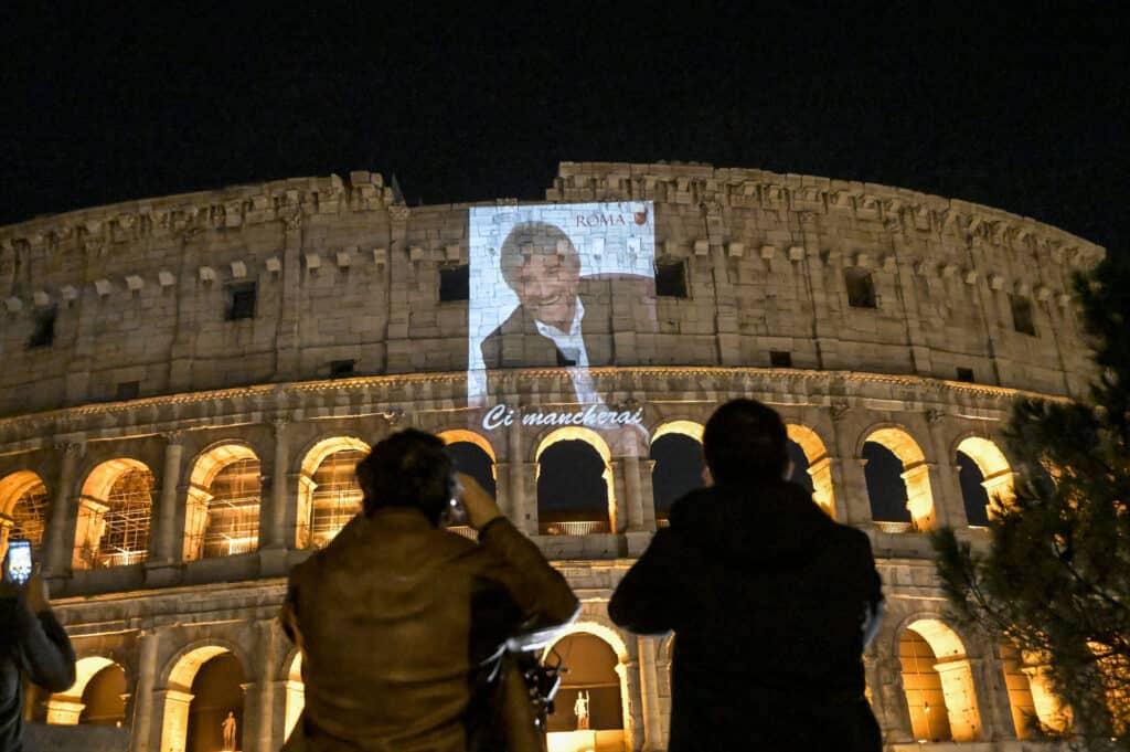 Il volto di Gigi Proietti sul Colosseo di Roma