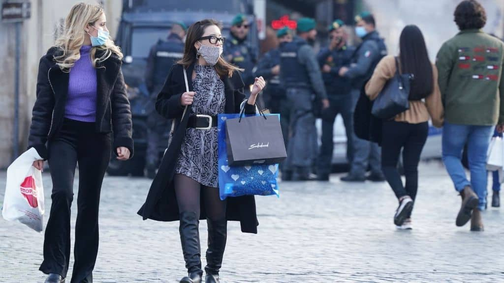 persone fanno shopping
