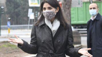 Virginia Raggi con la mascherina