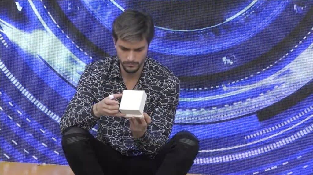 Andrea Zelletta apre il regalo di Natalia