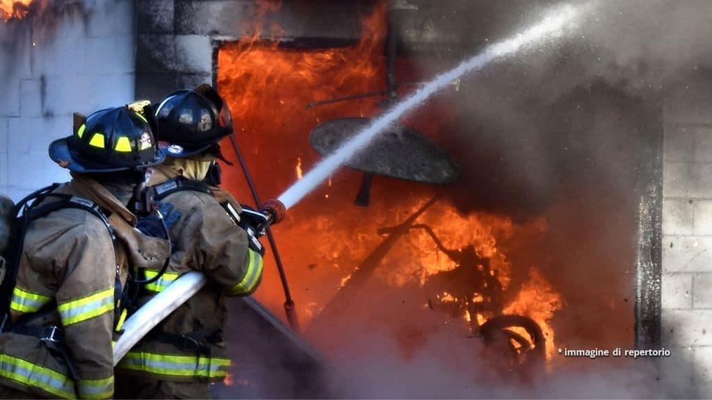 Pompieri spengono un incendio in casa
