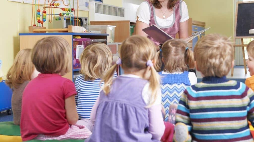 maestra asilo bambini