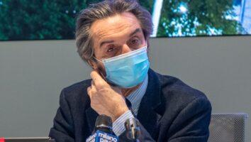 Attilio Fontana con la mascherina di fronte al microfono