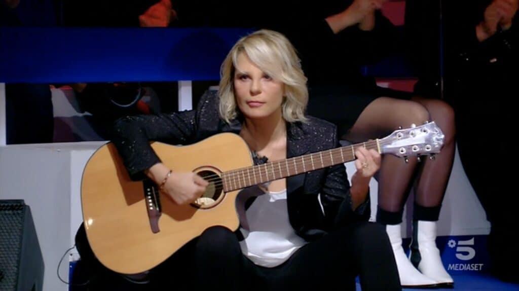 Maria De Filippi suona la chitarra