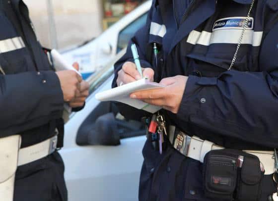 Vigili che multano