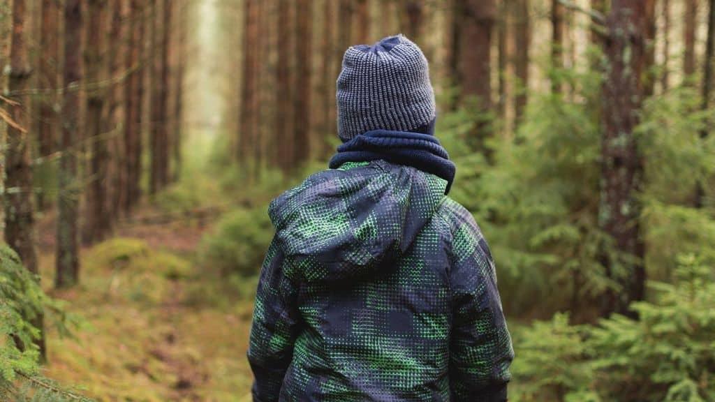 bambino bosco abbandonato