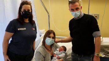 infermiera che ha aiutato a far nascere il bambino in videochiamata