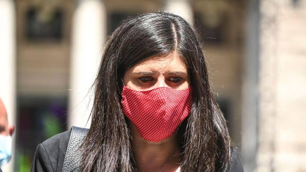 Chiara Appendino, sindaca di Torino, con indosso una mascherina rossa