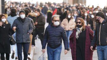 Folla in giro durante la pandemia da Coronavirus