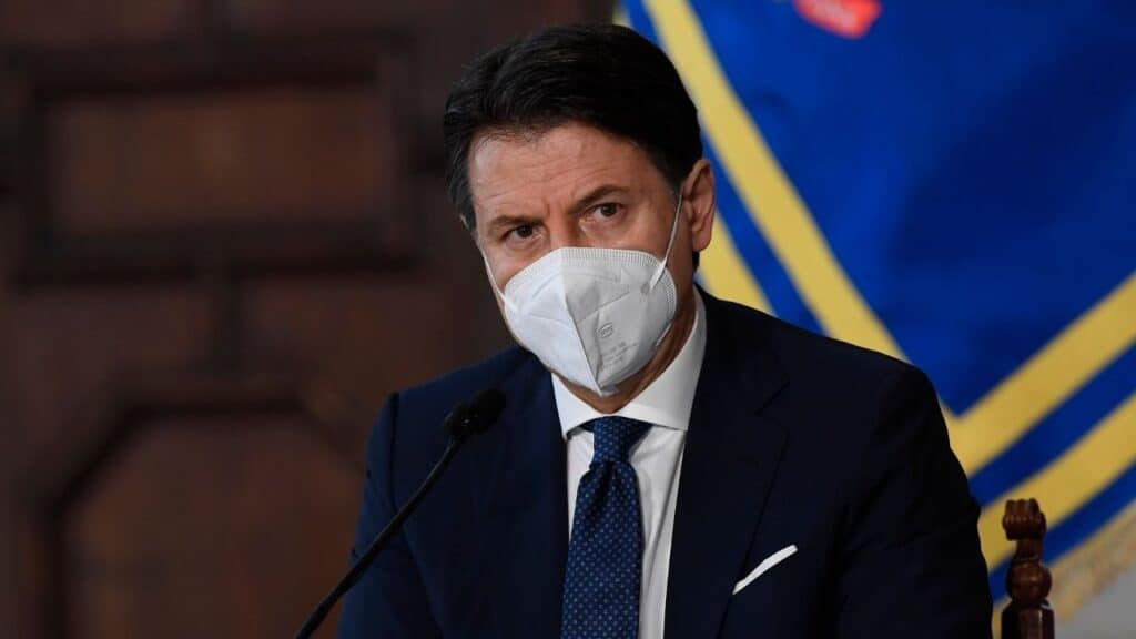 """Ritardi sui vaccini, Conte: """"Notizie preoccupanti"""". Arcuri si rivolge all'Avvocatura dello Stato"""