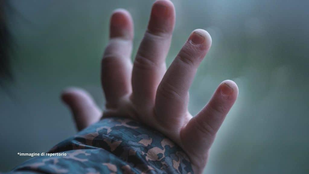 mano bambino