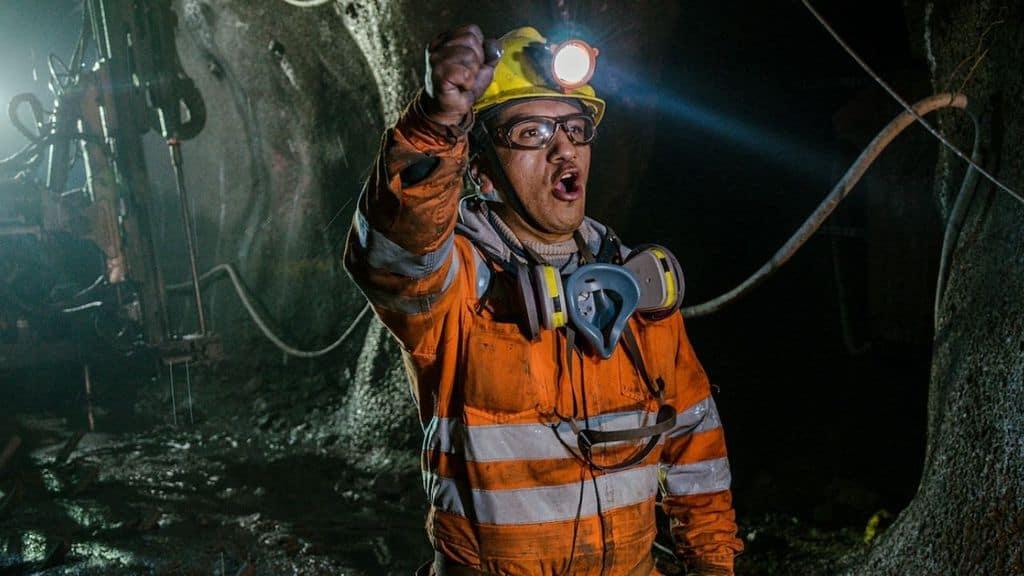un minatore dentro una miniera
