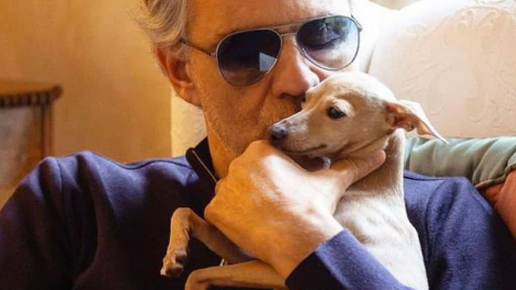 Andrea Bocelli inseme alla cagnolina Pallina