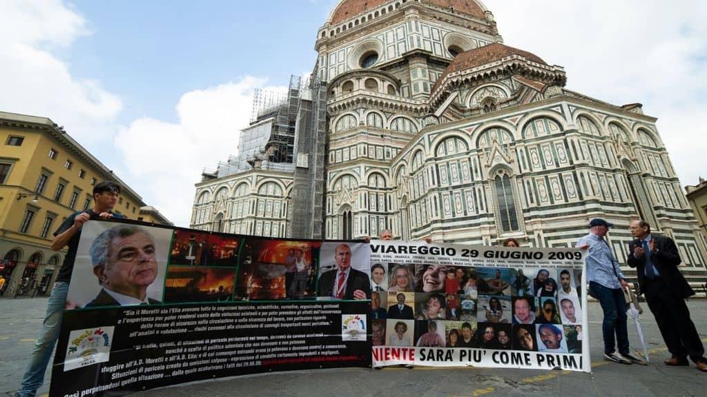 Strage di Viareggio, striscione con i volti delle vittime