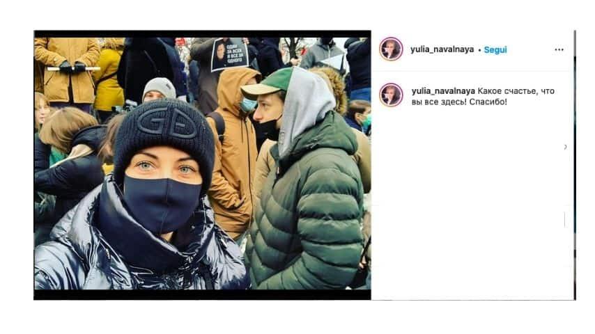 یولیا ناوالنایا در میدان با تظاهرات کنندگان